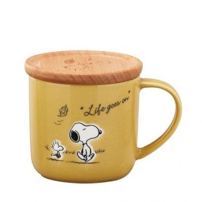 〔小禮堂〕史努比 日製寬口陶瓷馬克杯附木蓋《棕黃.側走》350ml.茶杯.咖啡杯.YAMAKA陶瓷