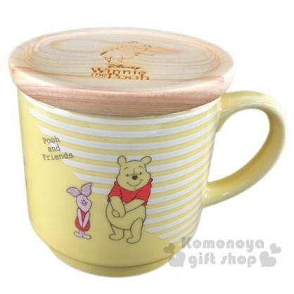 〔小禮堂〕迪士尼 小熊維尼 寬口陶瓷馬克杯附木蓋《黃棕.牽手》300ml.茶杯.咖啡杯