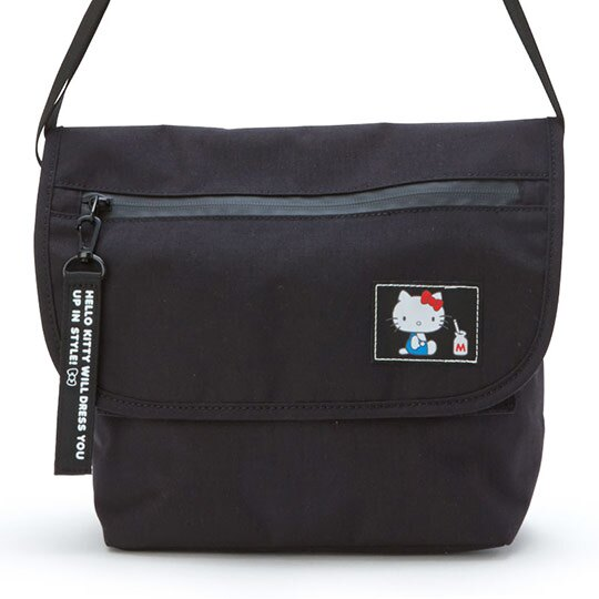 小禮堂 Hello Kitty 帆布掀蓋包 斜背包 隨身包 外出包 側背包 (黑 側坐)