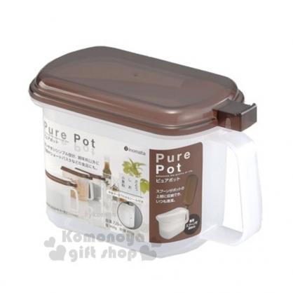 小禮堂 日本INOMATA 日製 調味料盒 單耳 塑膠 調味罐 香料盒 保鮮盒 附湯匙 720ml (棕蓋)