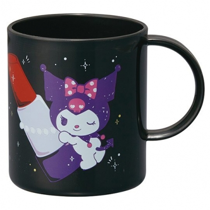 小禮堂 酷洛米 日製 塑膠杯 單耳 兒童水杯 茶杯 漱口杯 240ml (黑 唇膏)