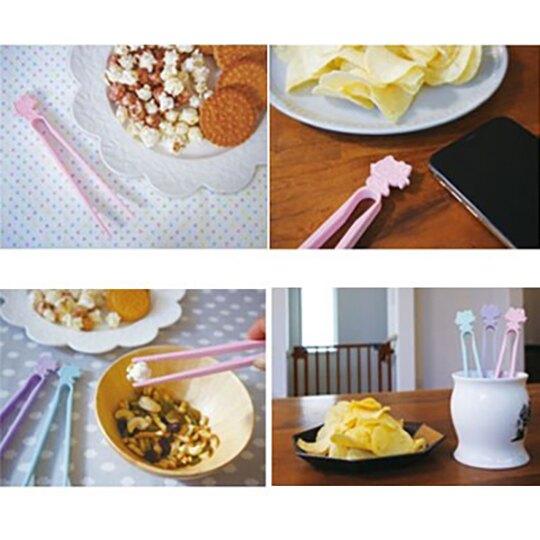 小禮堂 Hello Kitty 日製 不沾手零食夾 塑膠 食物夾 餅乾夾 夾子 (藍)