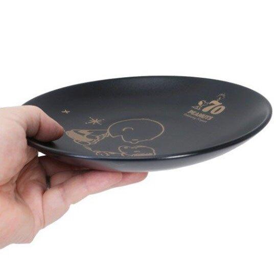 小禮堂 史努比 日製 陶瓷圓盤 沙拉盤 紀念餐盤 附展示架 金正陶器 (黑 70週年)