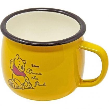 小禮堂 迪士尼 小熊維尼 寬口陶瓷馬克杯 咖啡杯 陶瓷杯 400ml  (黃 坐姿)