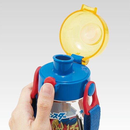 小禮堂 神奇寶貝 透明直飲式水壺附背帶 塑膠水瓶 兒童水壺 480ml (紅藍 格圖)