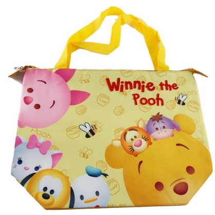小禮堂 迪士尼TsumTsum 小熊維尼 橫式尼龍保冷側背袋 行李拉桿袋 野餐袋 購物袋 (黃 大臉)