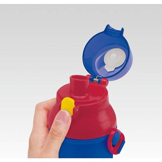 小禮堂 神奇寶貝 日製 直飲式水壺附背帶 塑膠水瓶 兒童水壺 隨身瓶 480ml (藍紅 框框)