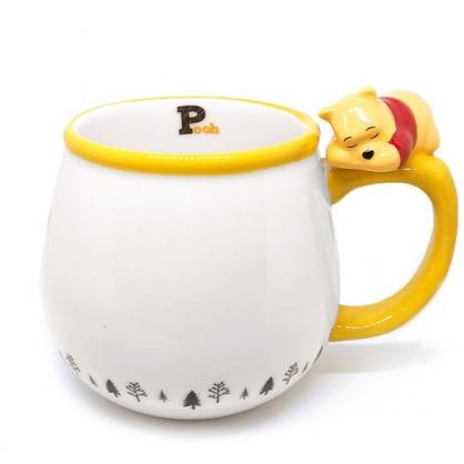小禮堂 迪士尼 小熊維尼 造型陶瓷馬克杯 咖啡杯 茶杯 陶瓷杯 340ml (白 杯邊玩偶)