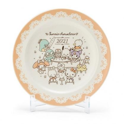 小禮堂 Sanrio大集合 日製 2021紀念陶瓷圓盤 附展示架 沙拉盤 紀念餐盤 YAMAKA陶瓷 (米黃)