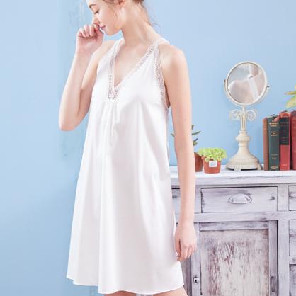 家居服 Hush 謬思女神 光澤柔軟緞面V字蕾絲洋裝-白