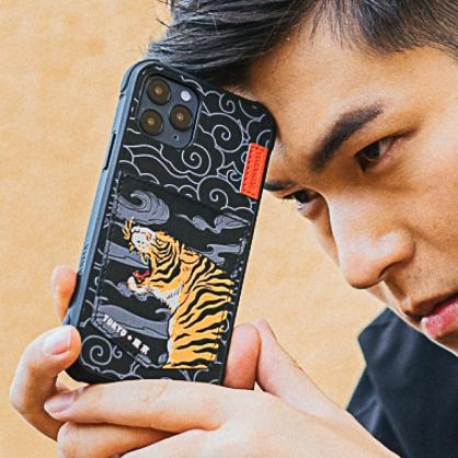 Skinarma 日本潮牌|Densetsu 浮雕雲彩老虎可插卡防摔手機殼 iPhone12/12 Pro/12 Pro Max