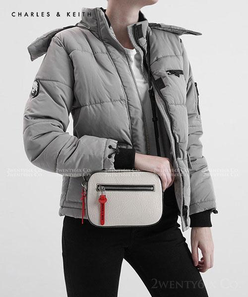 ★新加坡 CHARLES & KEITH 新款超人氣 時尚肌理紋抓皺皮革相機包(兩色)