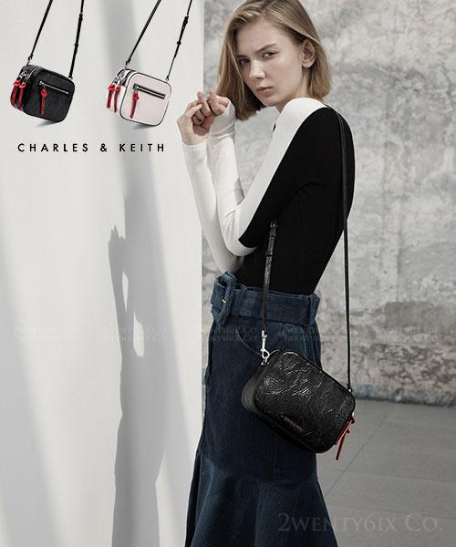 ★新加坡正品CHARLES & KEITH★(超人氣)時尚肌理紋抓皺皮革相機包(2色)
