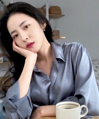 ★正韓 ZOE SHELL ★時尚個性 貝殼光澤 線條皺摺 質感翻領襯衫  (三色)