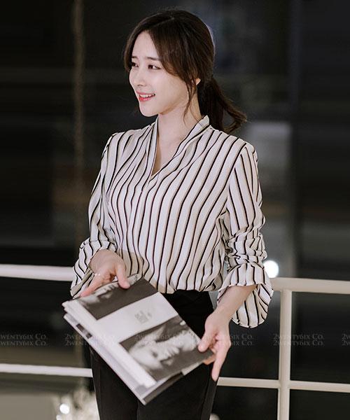 ★正韓 Beverly BW ★ 時尚知性 黑白對比線條 荷葉袖V領襯衫