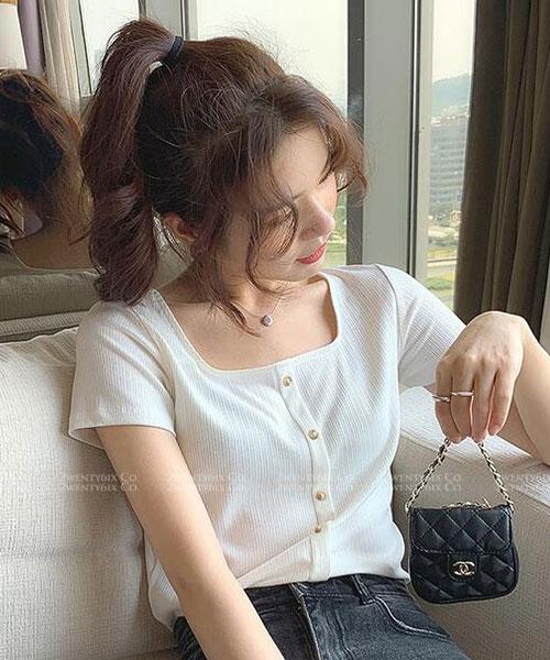 ★ 韓版 RORA SP ★ 優雅休閒直條壓紋 別緻方領 排釦短袖上衣 (七色)