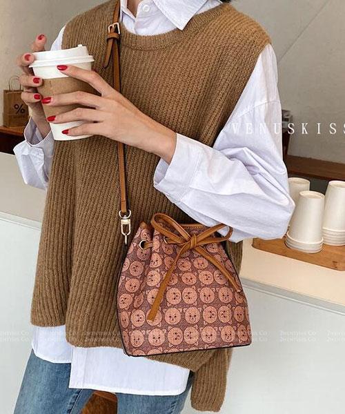 ★ 嚴選 VENUSKISS 品牌★小熊圖騰皮革 蝴蝶結綁帶 斜揹水桶包 (三色)