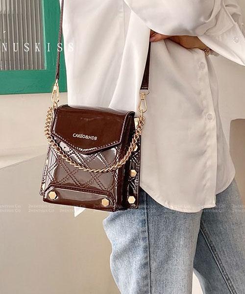 ★ 嚴選 VENUSKISS 品牌★ C&H 時尚漆皮鉚釘 金屬鏈條斜揹小方包 (三色)