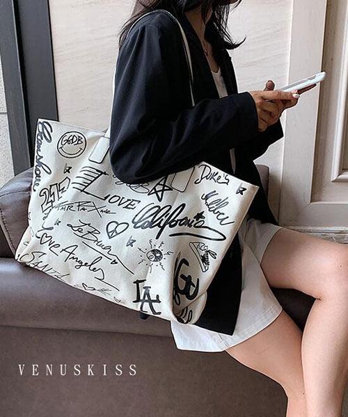 ★ 嚴選 VENUSKISS 品牌★ 時尚抽象派字母塗鴉 大容量拉鍊肩揹包 (三色)