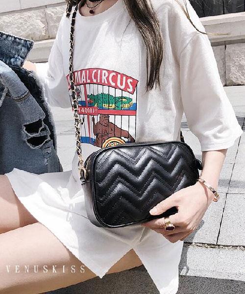 ★ 嚴選 VENUSKISS 品牌★ 時尚率性閃電紋皮革 斜揹鍊條相機包 (三色)