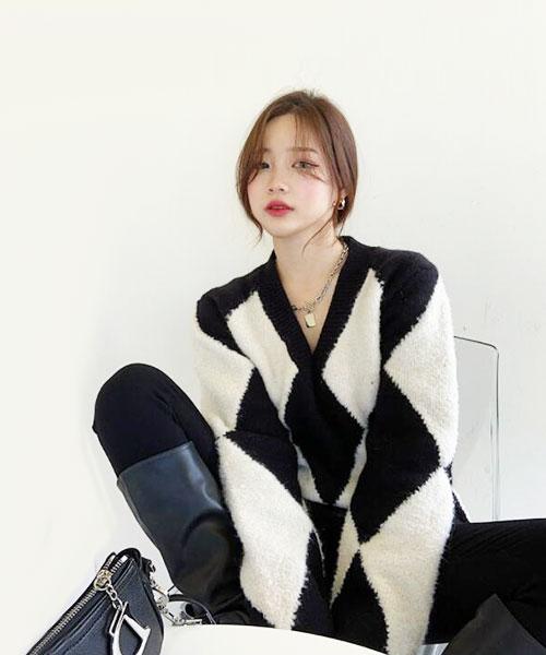 ★ 韓版 DD Melody ★ 時尚慵懶寬鬆 大V領撞色黑白菱格紋毛衣