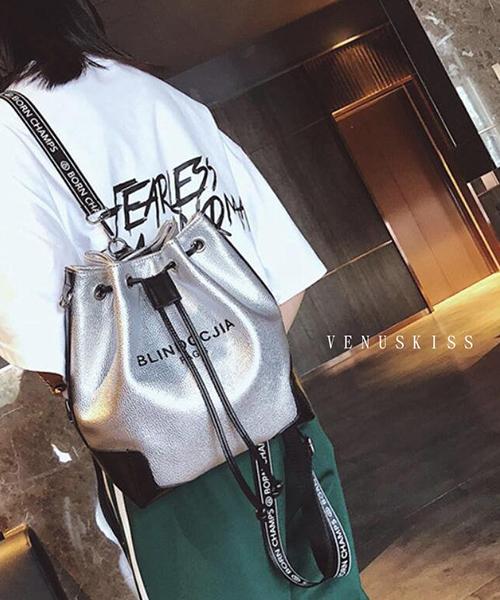 ★ 嚴選 VENUSKISS ★ 簡約率性 字母揹帶 束口水桶包 (三色)